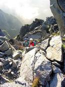 4峰のガラ場帯を登る