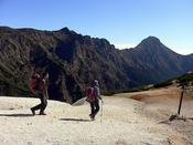 硫黄岳より望む横岳と赤岳