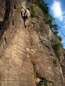 ヘイ・ジュード(5.10c)を登るShigeさん。トップロープながらも頑張って完登しました。