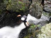 水量豊富な小滝をステミングで突破する