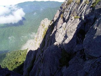 懸垂下降地点から旗立岩・中央岩稜(北方カンテ)を望む