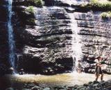 オリキ沢の滝で戯れる子ども達