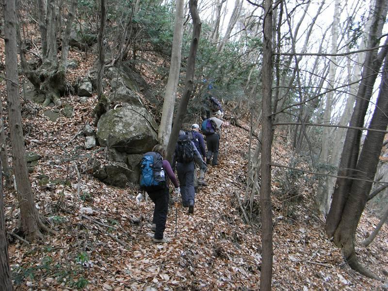 岩混じりのサルギ尾根を登る