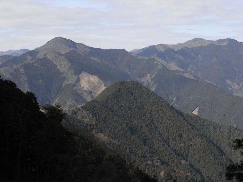 本仁田山と川苔山を遠望する